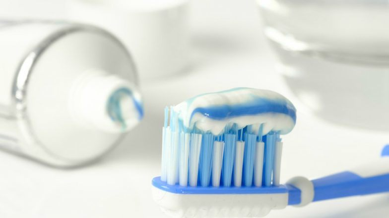 चीन: शख्स की आंत में फंसा था 20 साल पहले निगला हुआ टूथब्रश, सिटी स्कैन से उजागर हुआ मामला