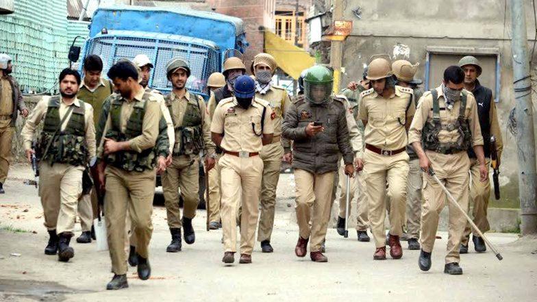 जम्मू-कश्मीर: पुलवामा में आतंकी और सेना बीच मुठभेड़ जारी, एक जवान शहीद, सुरक्षाबलों के काफिले पर पथराव