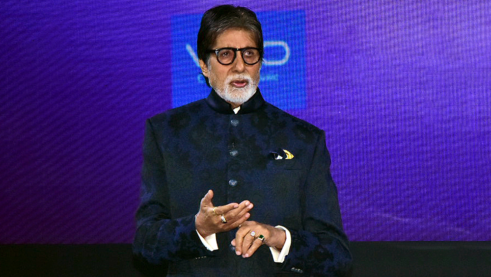 अमिताभ बच्चन का विंग कमांडर को सलाम, शीश झुकाकर किया 'अभिनंदन'