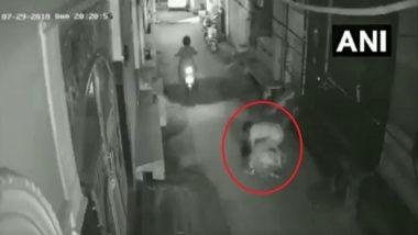 दिल्ली में दिन दहाड़े महिला से लूट, आरोपी CCTV में हुआ कैद
