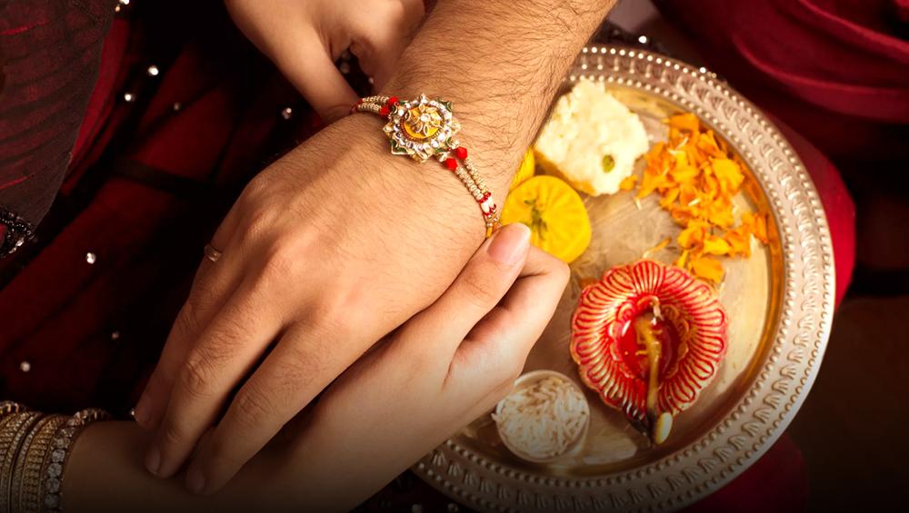 Raksha Bandhan 2019: कई शुभ योगों के बीच बहनें अपने भाई को बांधेंगी राखी, जानें कब से कब तक है मुहूर्त