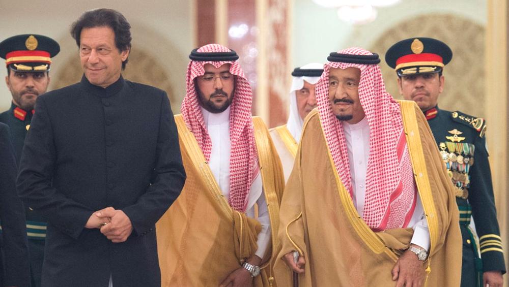 क्या चीन से पीछा छुड़ाने के लिए सऊदी की शरण में पहुंचे हैं इमरान खान?