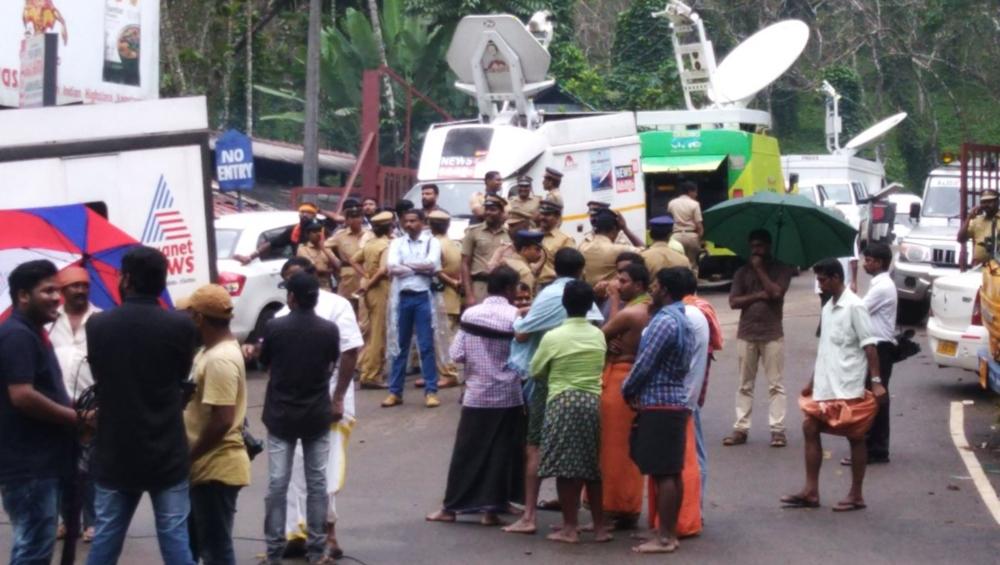 सबरीमाला विवादः प्रदर्शनकारियों ने महिला पत्रकारों पर बोला हमला, पुलिस ने भाजी लाठियां