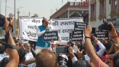 केन्द्रीय मंत्री ने दिल्ली की सड़कों पर चलाई बैल गाड़ी, पेट्रोल-डीजल के दामों पर वैट न घटाने पर केजरीवाल सरकार का किया विरोध