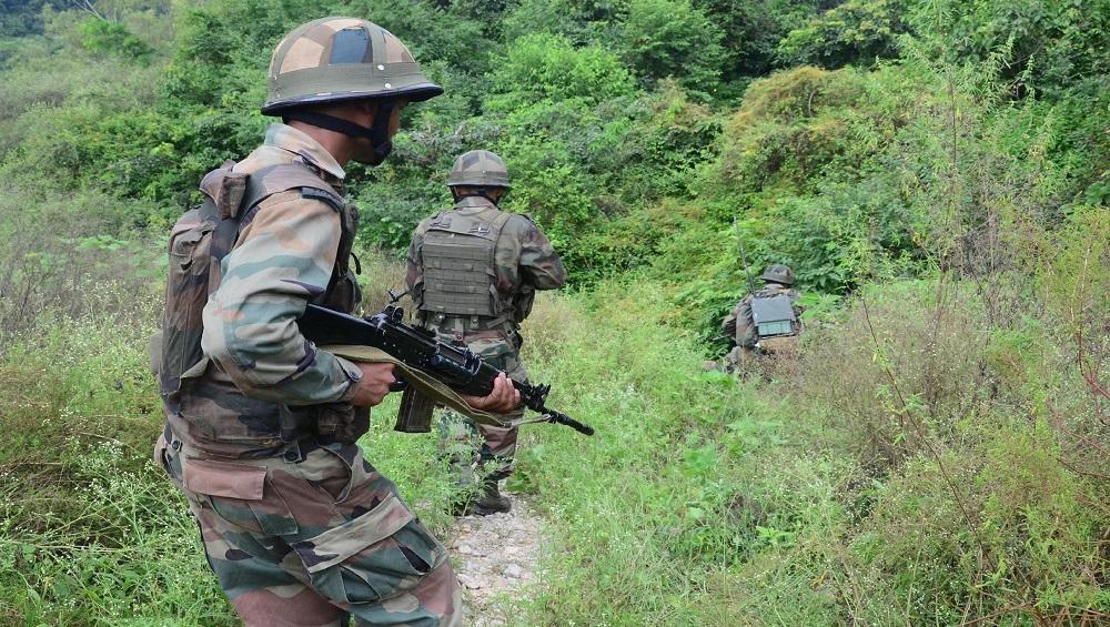 जम्मू-कश्मीर में सुरक्षा बलों और आतंकवादियों की मुठभेड़ में आतंकी ढेर, जवान घायल