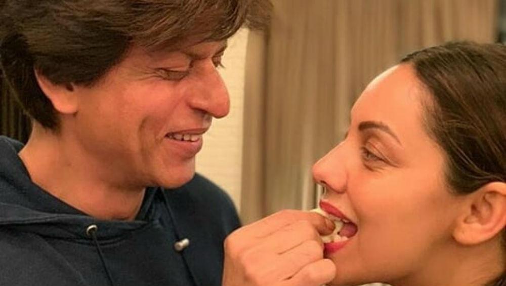 Happy Birthday Shah Rukh Khan: शाहरुख खान ने वाइफ गौरी खान को केक खिलाकर किया बर्थडे सेलिब्रेशन का आगाज