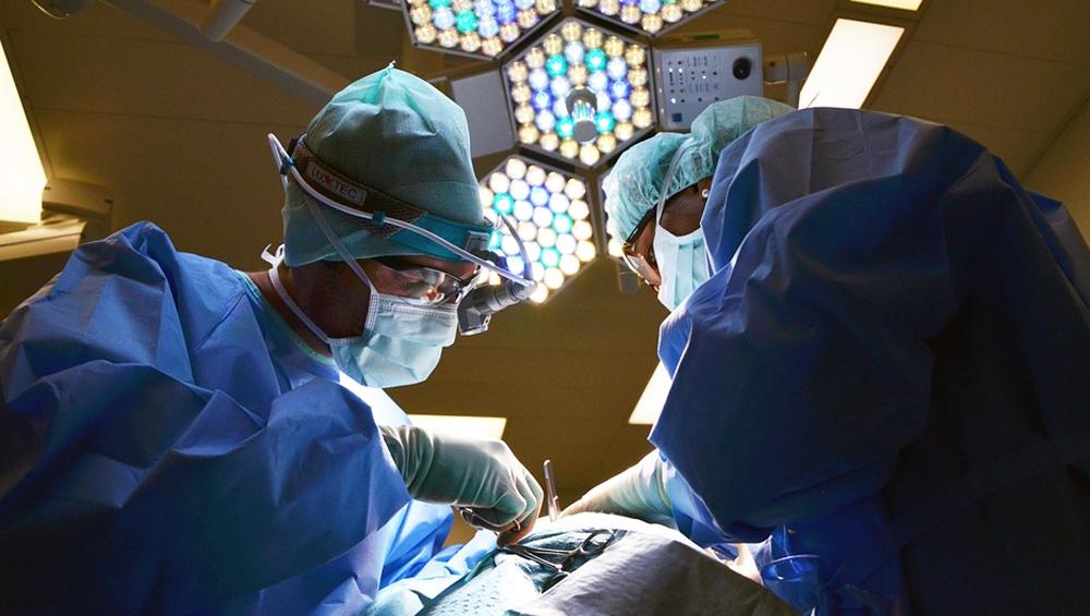 उत्तर प्रदेश: डॉक्टरों की टीम ने किया कमाल, युवती की बड़ी आंत काटकर बनाया उसका जननांग