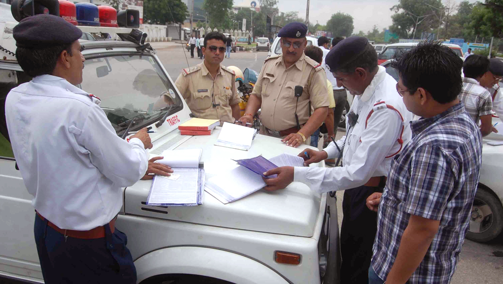 जयपुर: शर्ट का बटन खोल और चप्पल पहनकर चला रहा था कार, ट्रैफिक पुलिस ने काटा चालान