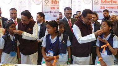 मध्यप्रदेश: मुख्यमंत्री कमलनाथ ने गणतंत्र दिवस पर बच्चों को अपने हाथ से खिलाया खाना
