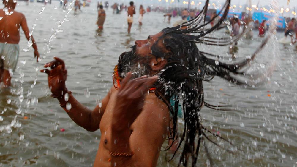 Kumbh Mela 2019 का हुआ आगाज, साधु-संतों और श्रद्धालुओं ने किया पहला शाही स्नान