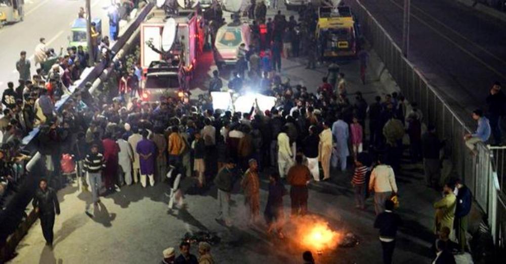 पाकिस्तान: पंजाब पुलिस मुठभेड़ में एक दंपत्ति और बेटी की मौत, लोगों में फूटा आक्रोश
