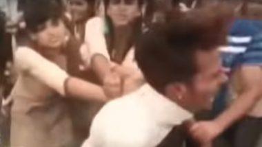जयपुर: छात्रा से छेड़छाड़ कर रहा था मनचला, लड़कियों ने युवक को जम कर पीटा, देखें Video