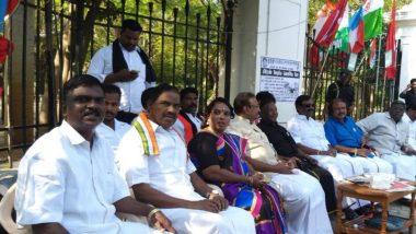 पुडुचेरी: सीएम नारायणसामी का विरोध प्रदर्शन तीसरे दिन भी जारी, मोटी चादर पर कंबल के साथ सड़क पर सोए