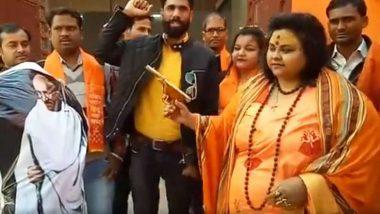 महात्मा गांधी के पुतले को गोली मारने के आरोप में पूजा पांडे और उसके पति को अलीगढ़ पुलिस ने किया गिरफ्तार