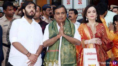 मुंबई: मुकेश अंबानी अपनी पत्नी नीता संग पहुंचे सिद्धिविनायक मंदिर, बप्पा के चरणों में अर्पित किया बेटे के शादी का कार्ड