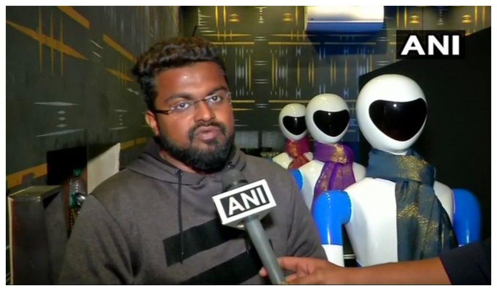 हैदराबाद का एक ऐसा रेस्टोरेंट जहां पर रोबोट सर्व करता है खाना, यहां मेन्यू की जगह मिलता है टैब, देखें ये दिलचस्प वीडियो