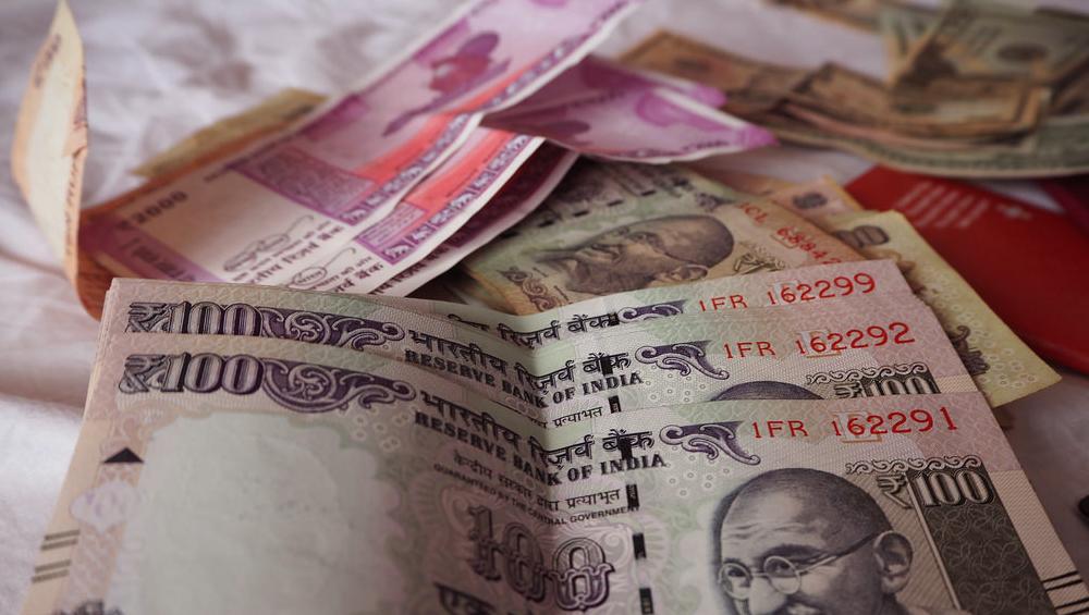 पुलिस के पीछा करने पर लुटेरे ने फेंका पैसों से भरा बैग, निकले 1.56 करोड़ रुपये