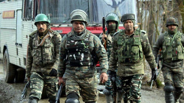 पुलवामा में सीआरपीएफ कैंप पर आतंकी हमला, सुरक्षाबलों ने इलाके को घेरा