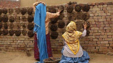 तापसी पन्नू और भूमि पेडनेकर गांव में थाप रही हैं गोबर, जानें वजह
