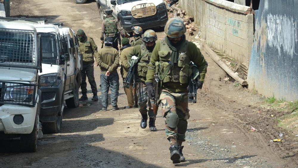जम्मू-कश्मीर: सुरक्षाबलों ने 3 जैश आतंकियों को दबोचा, भारी मात्रा में हथियार और गोला बारूद जब्त
