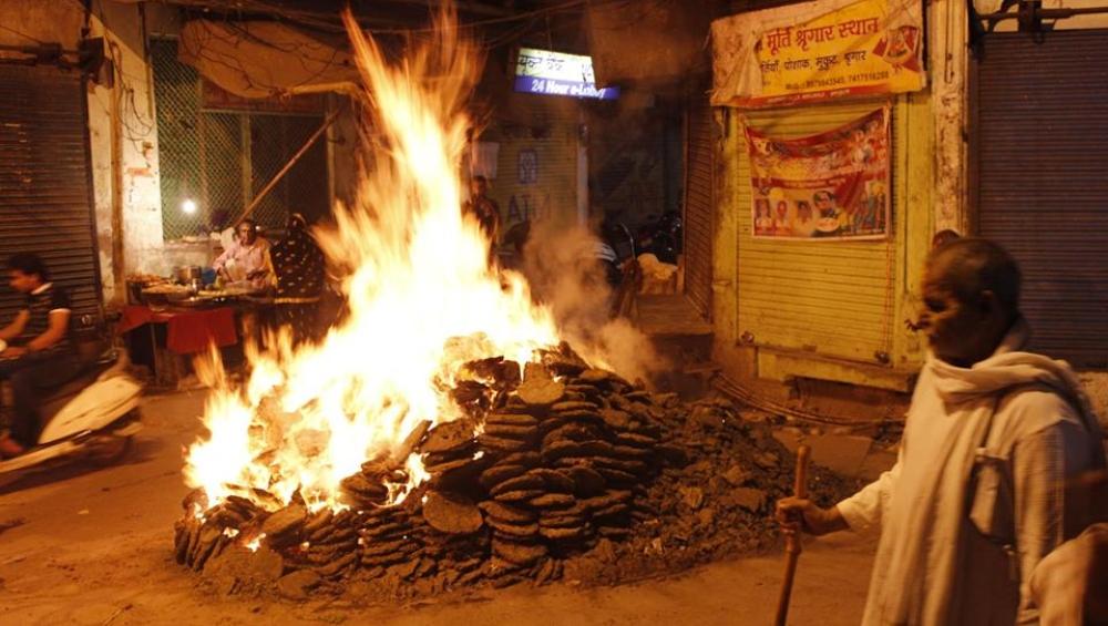 Holi 2019: मथुरा में होलिका दहन पर होता है विशेष आयोजन, 'फालेन' और 'जटवारी' में जलते कंडों के बीच चलते हैं पंडे