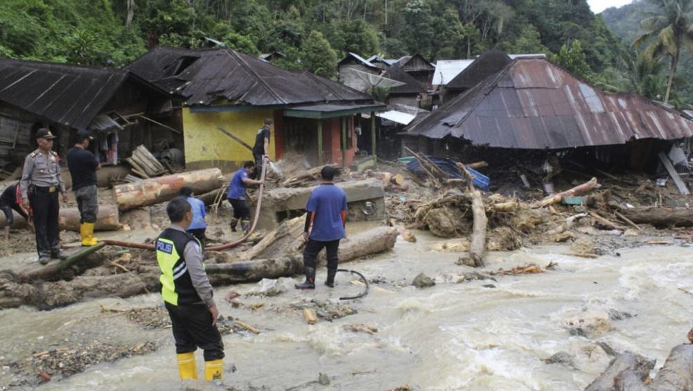 इंडोनेशिया: अचानक आई बाढ़ से मरने वालों की संख्या बढ़कर हुई 63, तलाशी अभियान जारी