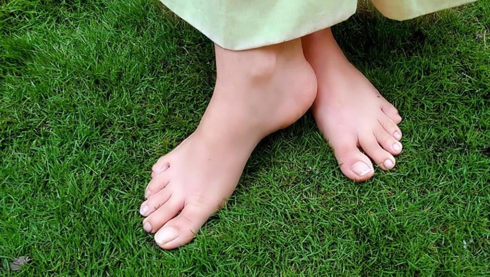 इन स्वास्थ्य संबंधी परेशानियों से पाना चाहते हैं निजात तो सुबह के वक्त घास पर नंगे पैर टलहना कर दीजिए शुरु