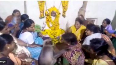 कर्नाटक: शोक सभा में पहुंचा लंगूर, रोती हुई महिला को गले लगाकर दी सांत्वना, देखें वायरल वीडियो