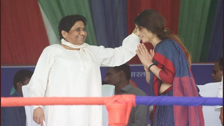 डिंपल यादव ने छुए मायावती के पैर, बीएसपी प्रमुख ने सिर पर हाथ फेरकर दिया जीत का आशीर्वाद, देखें वीडियो