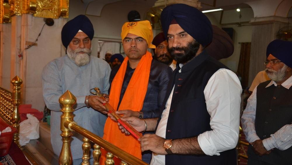 लोकसभा चुनाव 2019: बीजेपी प्रत्याशी प्रवेश सिंह वर्मा ने मतदाताओं से जुड़ने के लिए की मेट्रो की सवारी