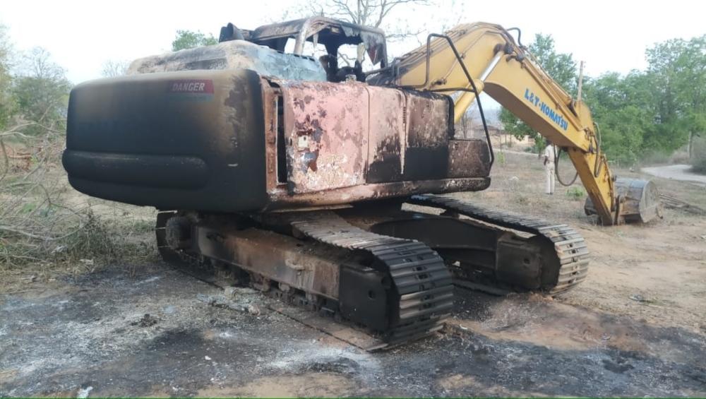 बिहार में नक्सलियों ने सड़क निर्माण में लगी एक पोकलेन मशीन और ट्रैक्टर को किया आग के हवाले