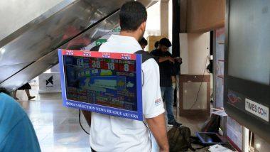 Loksabha Elections 2019: मुंबई मेट्रो स्टेशन पर रिजल्ट देखने के लिए इस शख्स ने पीठ पर लगाई LCD, देखें तस्वीरें