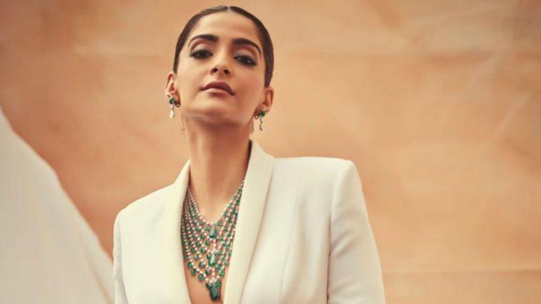 कान फिल्म फेस्टिवल 2019 में सफेद टक्सीडो पहनकर 'बॉस लुक' में नजर आईं सोनम कपूर