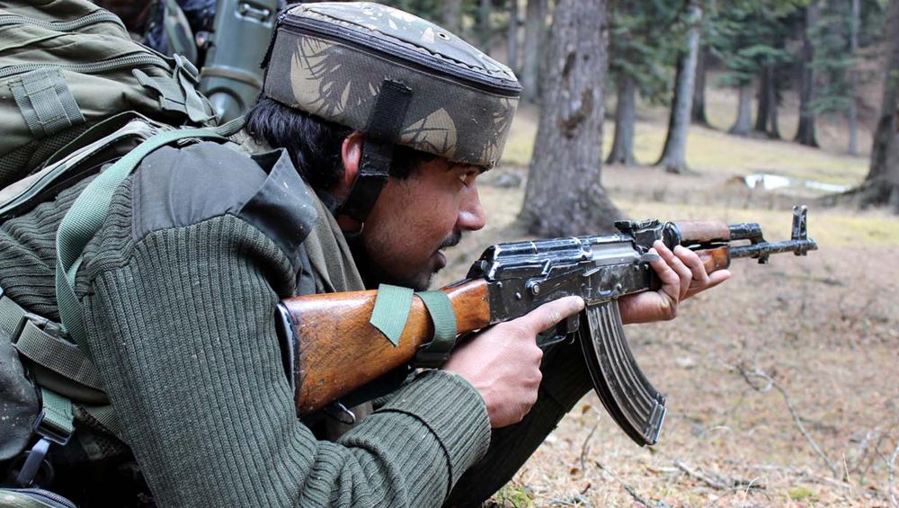 जम्मू-कश्मीर: त्राल में CRPF कैंप पर आतंकी हमला, सुरक्षाबलों और आतंकियों के बीच मुठभेड़ जारी