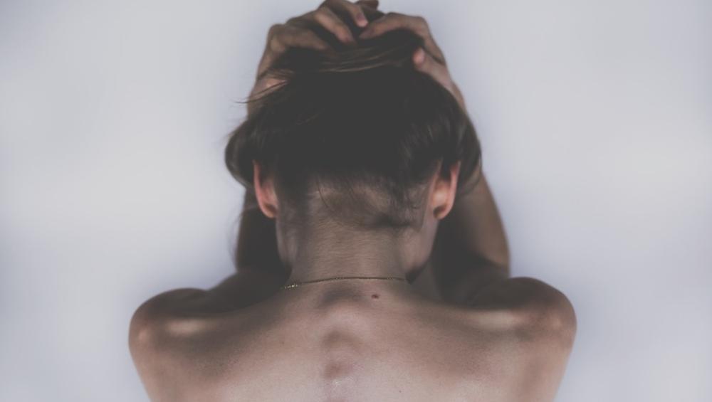 शरीर में होनेवाले ये दर्द जुड़े हैं आपके मन की इन भावनाओं से, जानें इमोशन और बॉडी पेन के बीच क्या है कनेक्शन