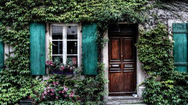 घर के मुख्य दरवाजे के पास भूलकर भी न रखें ये चीजें, इससे आर्थिक नुकसान और दुर्भाग्य का करना पड़ता है सामना