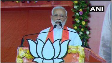नरेंद्र मोदी के दोबारा 'प्रधानमंत्री' बनने की खुशी में इंदौर में कार्यकर्ता कर रहे बूट पॉलिश