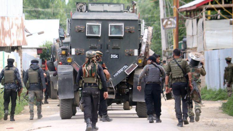 जम्मू कश्मीर: पुलवामा में सेना के काफिले पर IED से हमला, 4 जवान घायल