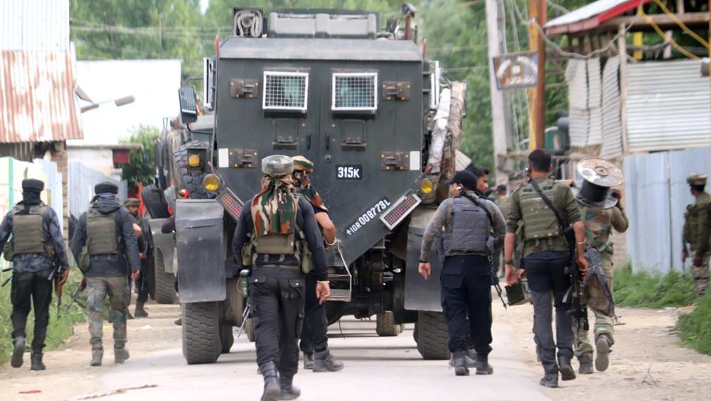 जम्मू-कश्मीर: सुरक्षाबलों को बड़ी कामयाबी, बारामूला में हथियारों के साथ जैश-ए-मोहम्मद का सक्रिय आतंकी गिरफ्तार- जांच जारी