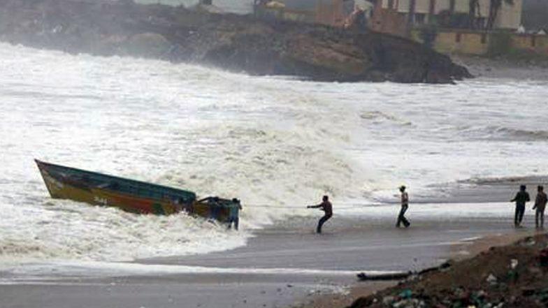गुजरात से नहीं टला चक्रवात 'वायु' का खतरा, रास्ता बदलकर कच्छ की तरफ बढ़ा तूफान