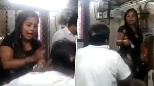 मुंबई: मोबाइल चोरी के आरोप में  रेलवे टिकट बुकिंग क्लर्क को महिला ने जमकर पीटा, देखें वीडियो