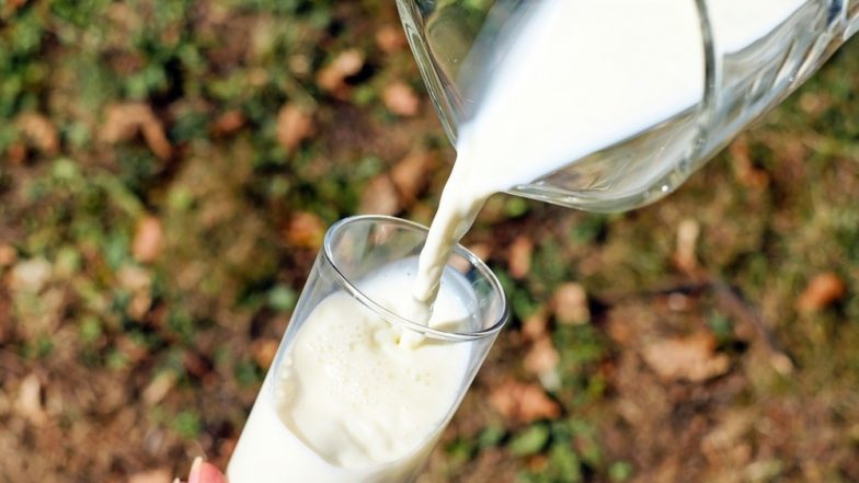 दूध पीने के बाद गलती से भी न करें इन चीजों का सेवन, सेहत के लिए हैं जहर के समान