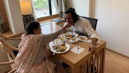 बिहार: लंबे समय बाद राबड़ी संग दिखे तेज प्रताप, मां के हाथों से खाया खाना, ट्वीट कर लिखा LoveYouMom