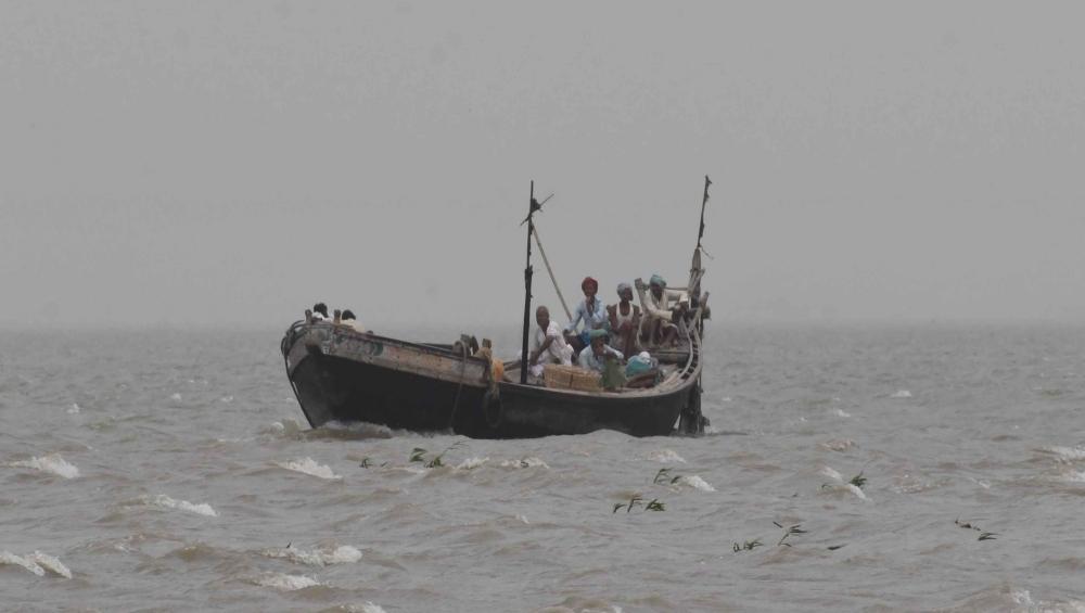 इंडोनेशिया में बड़ा हादसा, नाव पलटने से 2 की मौत, 11 लापता