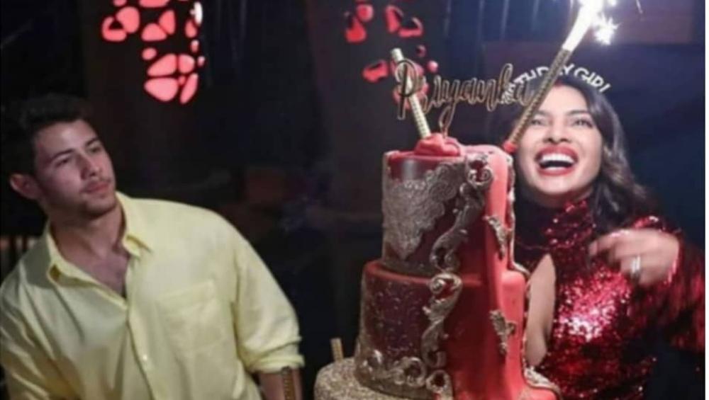 सिंदूर लगाकर जन्मदिन पार्टी में पहुंचीं थी प्रियंका चोपड़ा, तस्वीरें हुई वायरल
