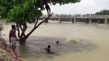 बिहार: TikTok वीडियो बनाने के लिए बाढ़ के पानी में खतरनाक स्टंट कर रहा था युवक, डूबने से हुई मौत