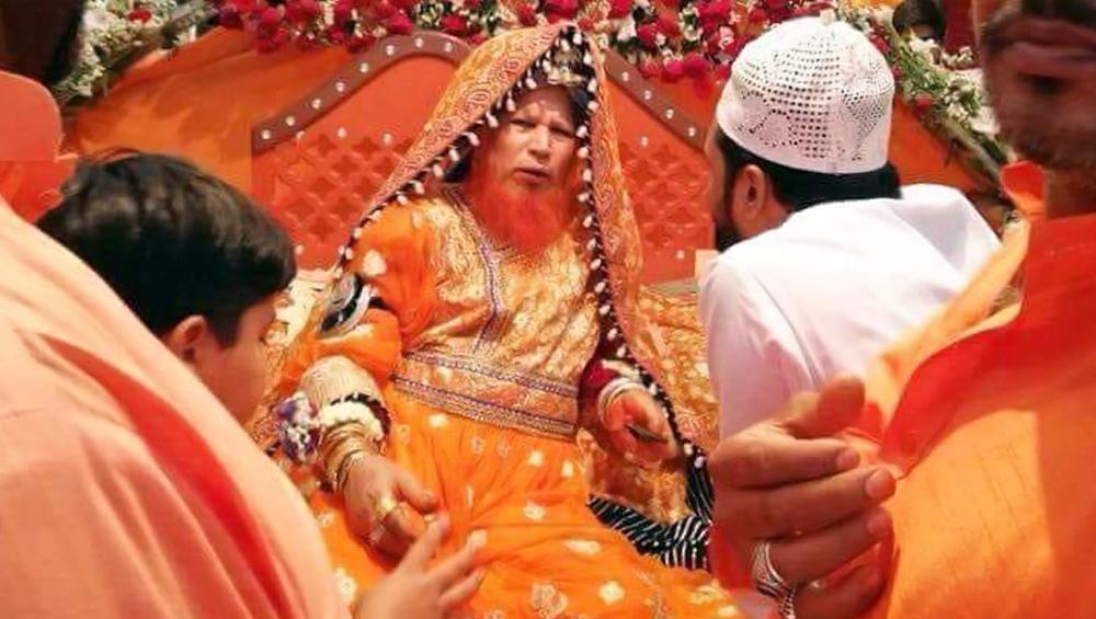 पाकिस्तान का यह धर्मगुरु, दुल्हन की तरह सजता-संवरता है और फिर करता है ये काम