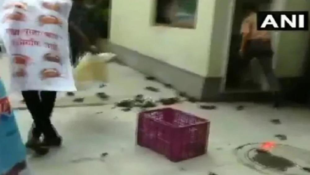 रत्नागिरी डैम हादसा: NCP कार्यकर्ताओं ने महाराष्ट्र सरकार में मंत्री तानाजी सावंत के घर के बाहर फेंके केकड़े, देखें वीडियो