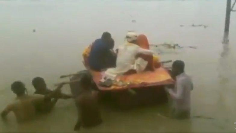 बिहार में बाढ़: मूसलाधार बारिश से नदी में तब्दील हुई सड़कें, ड्रम की नाव में सवार होकर विदा हुए दूल्हा-दुल्हन, देखें वीडियो