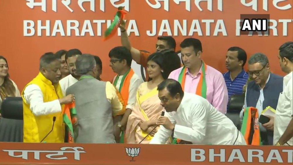 बंगाली फिल्म और टीवी के 12 सितारों ने थामा बीजेपी का दामन, मुकुल रॉय व दिलीप घोष की मौजूदगी में हुए पार्टी में शामिल